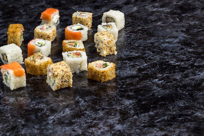 Grupo de sushi e de maki na tabela de pedra Vista superior com espa?o da c?pia fotografia de stock royalty free