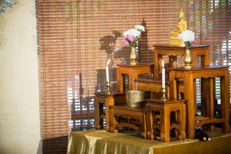 grupo de tabela do altar, estátua de buddha colocada na tabela do altar na sala do salão fotos de stock