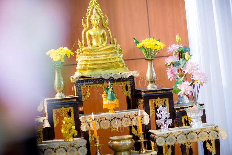 grupo de tabela do altar no salão do casamento encene para o lugar que a estátua de buddha para reza e adore antes começam a ceri fotos de stock royalty free