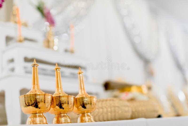 grupo de tabela do altar no salão do casamento encene para o lugar que a estátua de buddha para reza e adore antes começam a ceri fotos de stock