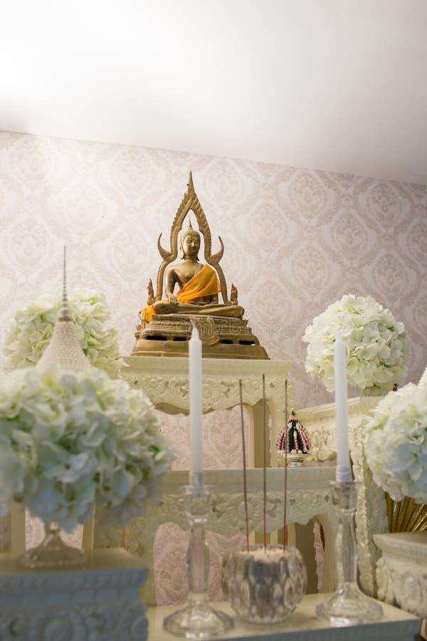 grupo de tabela do altar no salão do casamento encene para o lugar que a estátua de buddha para reza e adore antes começam a ceri imagem de stock