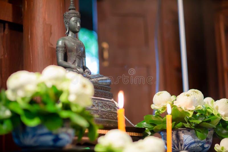 grupo de tabela do altar no salão do casamento encene para o lugar que a estátua de buddha para reza e adore antes começam a ceri fotografia de stock