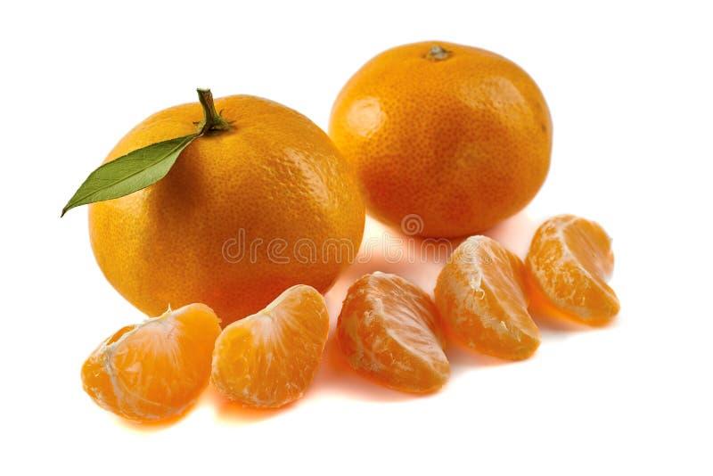Grupo de tangerinas com fatias no branco imagens de stock