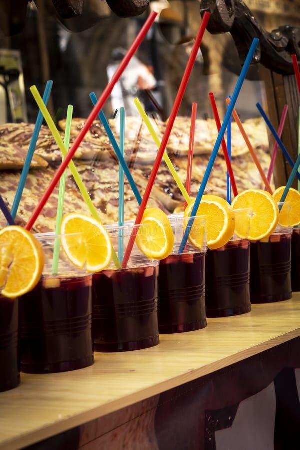 Grupo de tazas plásticas llenadas del vino con las rebanadas del limón para un partido foto de archivo libre de regalías