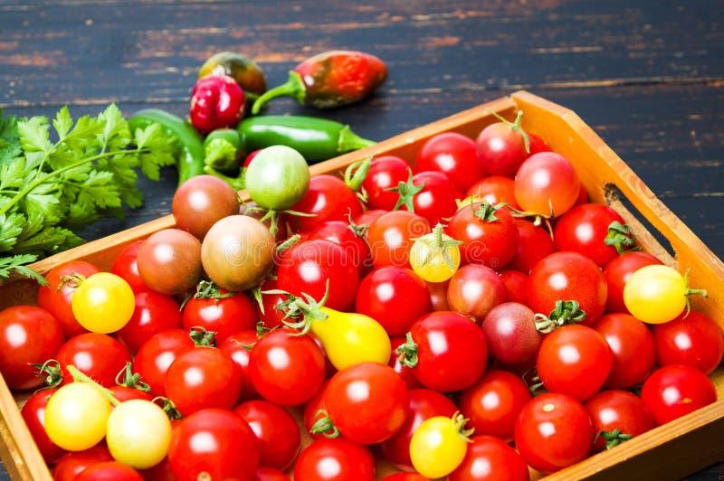 Grupo de tomates de cereja em uma caixa imagens de stock royalty free