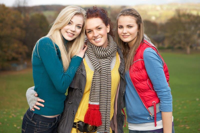 Grupo de três amigos fêmeas adolescentes fotografia de stock