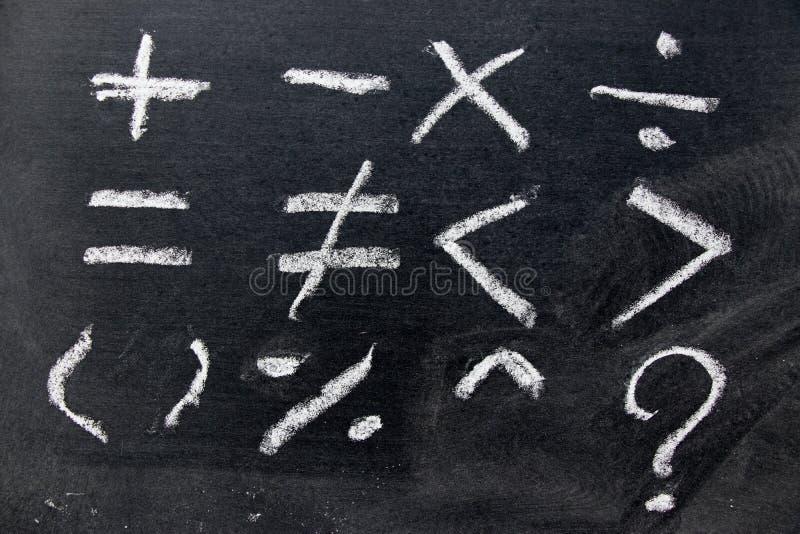 Grupo de tração básica do símbolo da matemática pelo giz branco no backg do quadro-negro imagens de stock royalty free