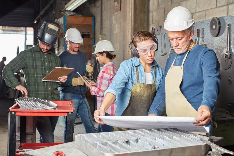Grupo de trabajadores de construcción metálica de la industria foto de archivo