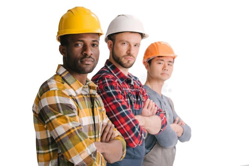 grupo de trabajadores de construcción multiétnicos en la mirada de la fila imágenes de archivo libres de regalías