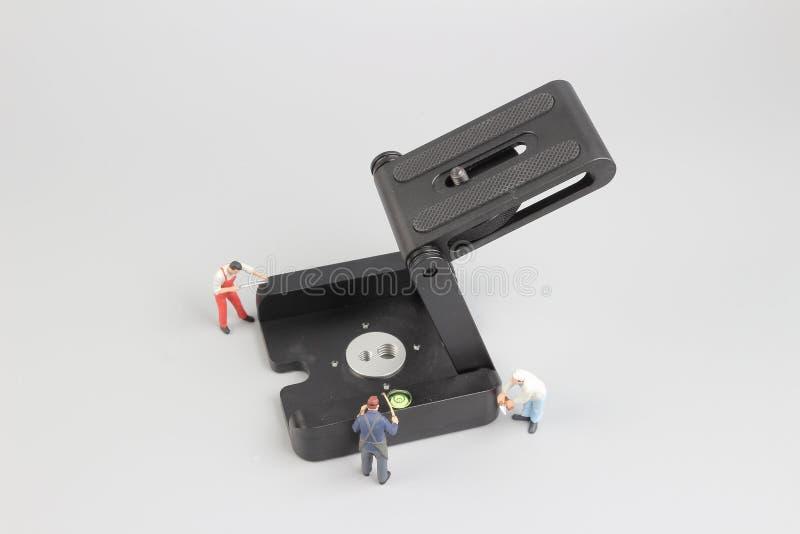 Grupo de trabajadores de construcción que reparan la herramienta imágenes de archivo libres de regalías