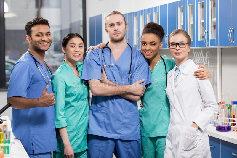 Grupo de trabajadores médicos en laboratorio imágenes de archivo libres de regalías