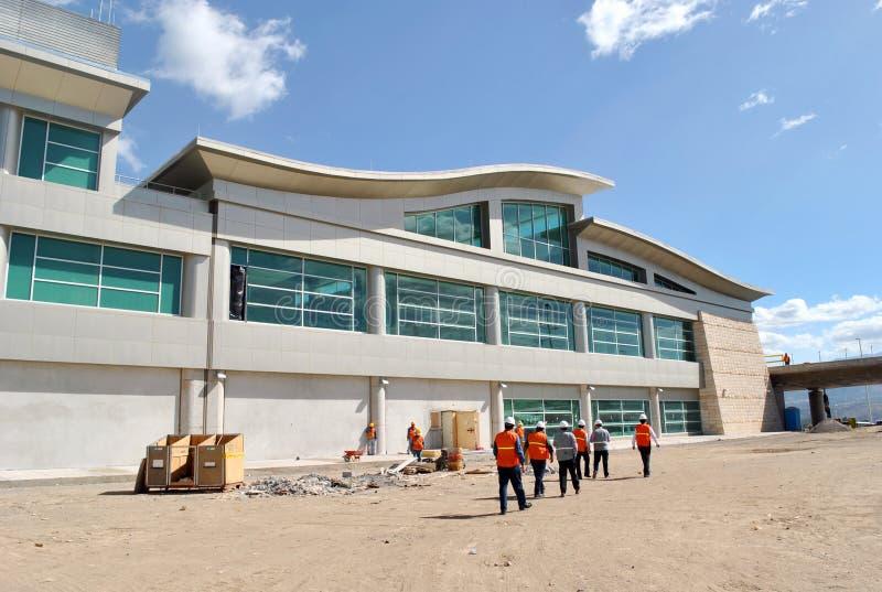Grupo de trabalhadores, de arquitetos e de construtores entrando em uma constru??o imagens de stock