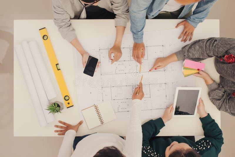 Grupo de trabalhadores criativos, brainstorm junto no escritório, novo estilo de espaço de trabalho, relaxa a cena das pessoas no imagens de stock royalty free