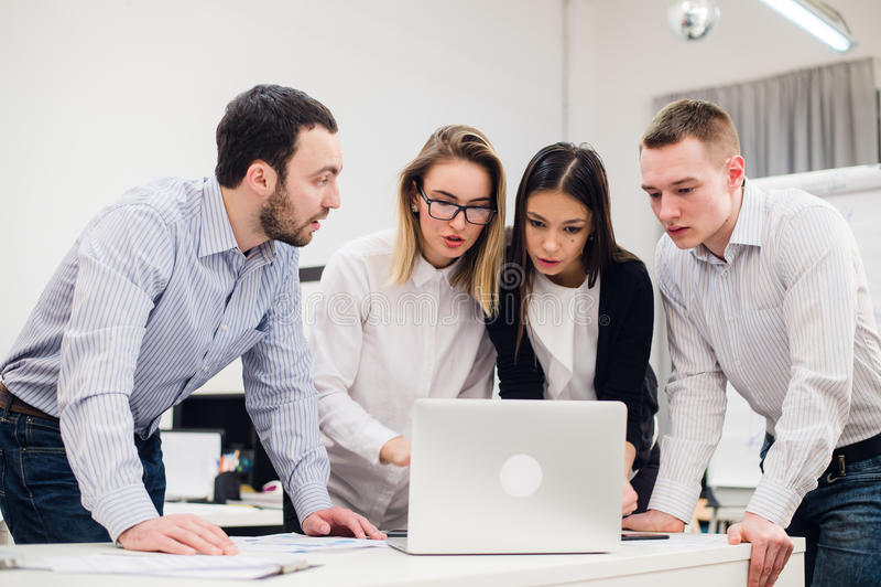 Grupo de trabalhadores de escritório que encontram-se para discutir ideias fotos de stock royalty free