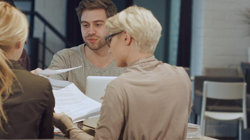 Grupo de trabalhadores de escritório que encontram-se para discutir ideias imagem de stock royalty free