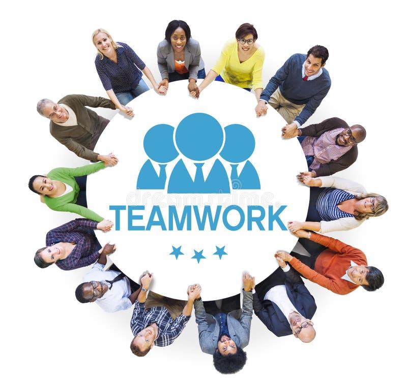 Grupo de trabalhos de equipa multi-étnicos diversos dos povos imagem de stock royalty free