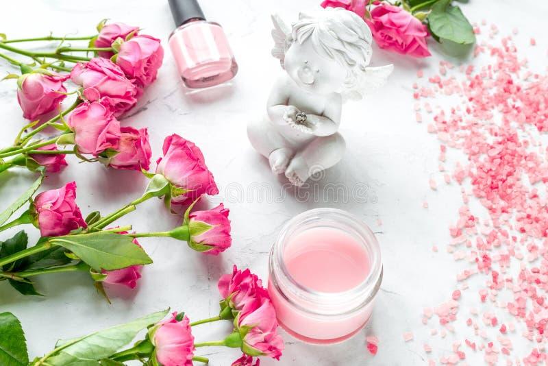 Grupo de tratamento de mãos com verniz para as unhas e creme cor-de-rosa na opinião superior do fundo branco imagem de stock royalty free