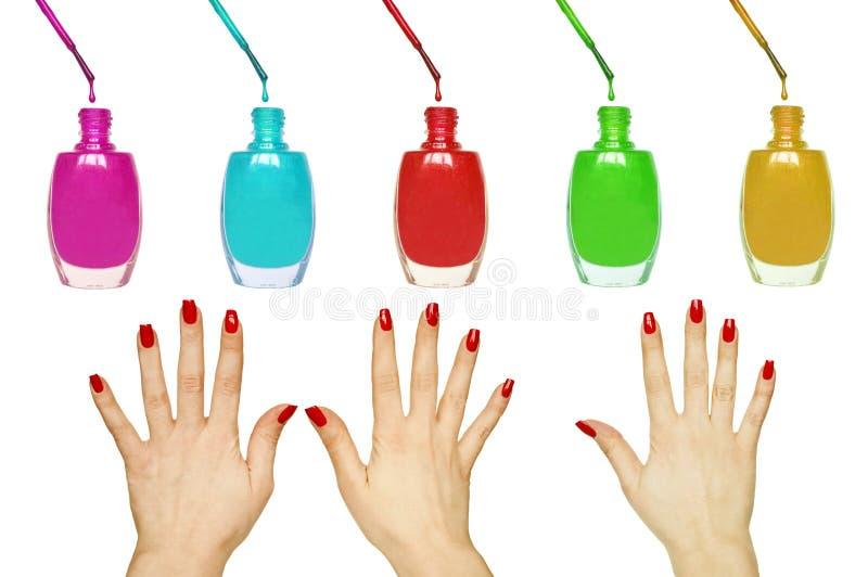 Grupo de tratamento de mãos - mãos manicured vermelhas bonitas da mulher e vernizes para as unhas coloridos isolados no branco imagens de stock royalty free