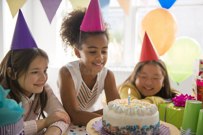 Grupo de tres niños adorables que se divierten en la fiesta de cumpleaños fotografía de archivo libre de regalías