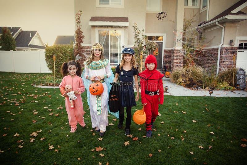 Grupo de truco o de tratar de los niños en Halloween foto de archivo