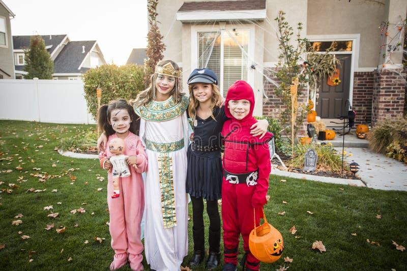 Grupo de truco o de tratar de los niños en Halloween imágenes de archivo libres de regalías