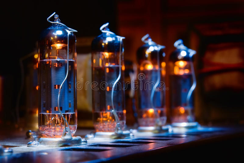 Grupo de tubos de elétrons de incandescência do vácuo fotografia de stock