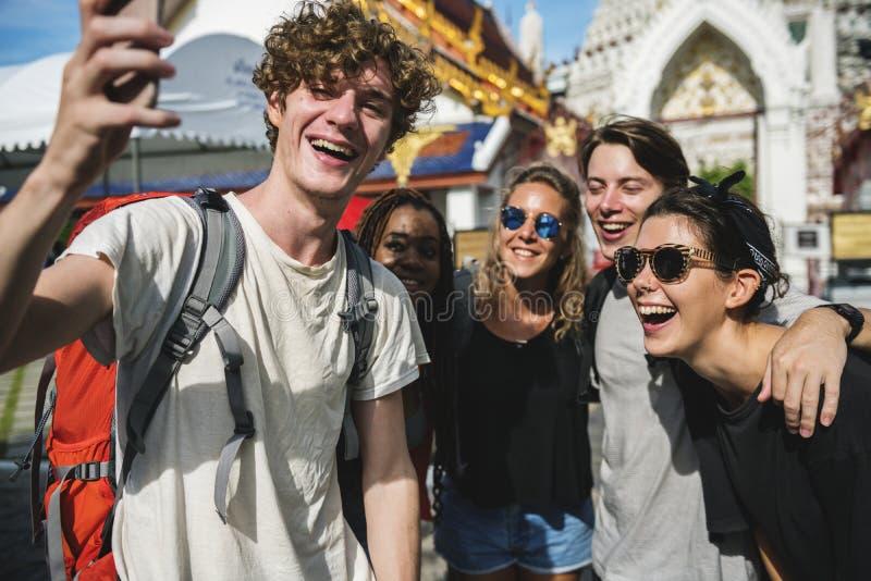 Grupo de turistas diversos que tomam o selfie no templo tailandês Tailândia imagem de stock royalty free