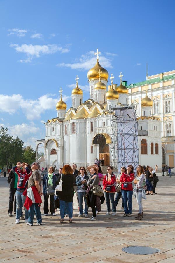 Grupo de turistas en cuadrado de la catedral en Moscú Kremin foto de archivo
