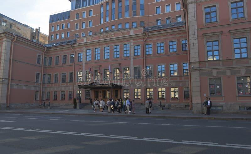 Grupo de turistas en el hotel de Vvedensky en el lado de Petrogradskaya de la perspectiva de Bolshoy en St Petersburg foto de archivo libre de regalías