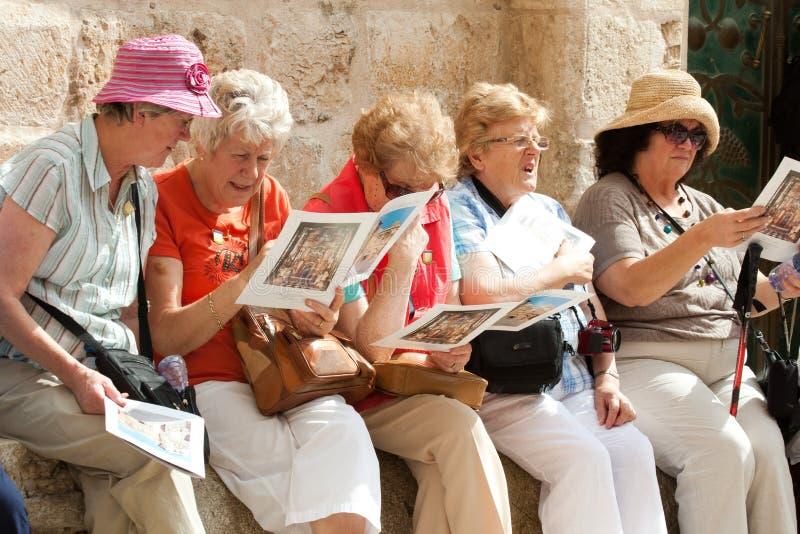 Grupo de turistas femeninos maduros fotografía de archivo