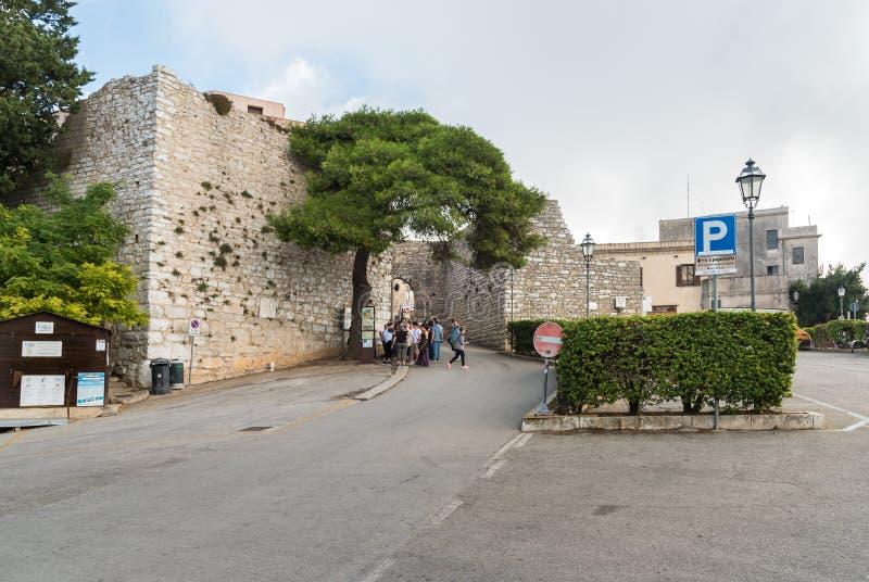 Grupo de turistas perto da entrada a Venus Castle medieval na cidade histórica Erice imagens de stock
