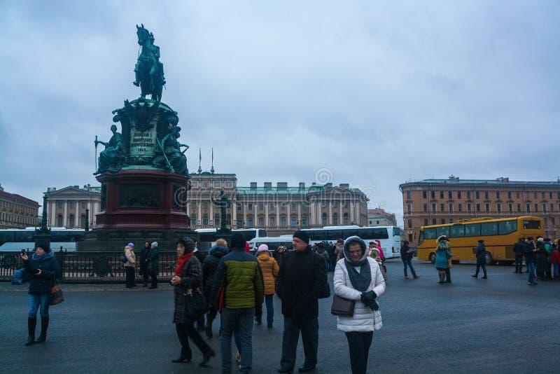 Grupo de turistas perto do monumento ao czar Nikolai I em St Petersburg, Rússia fotografia de stock