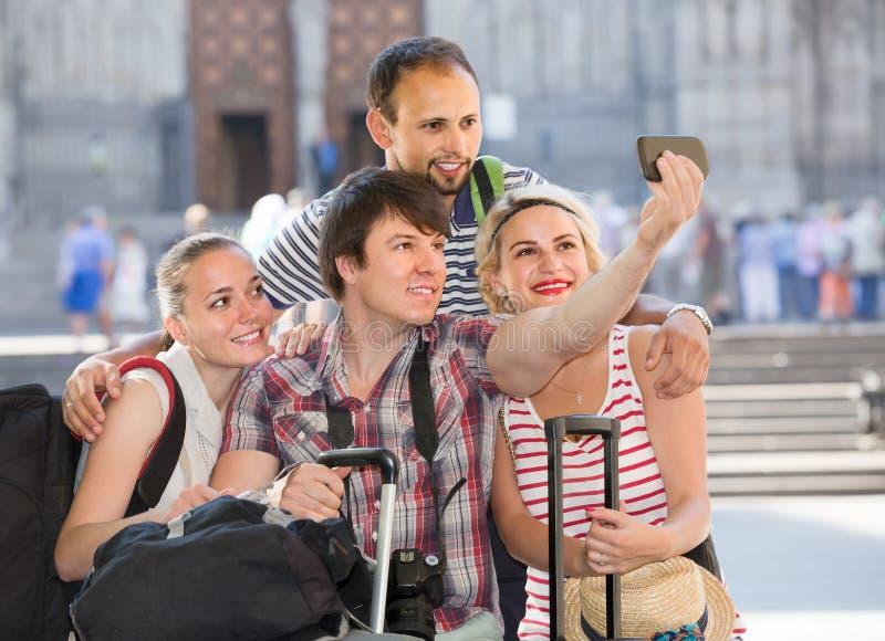 Grupo de turistas que hacen el selfie fotos de archivo libres de regalías