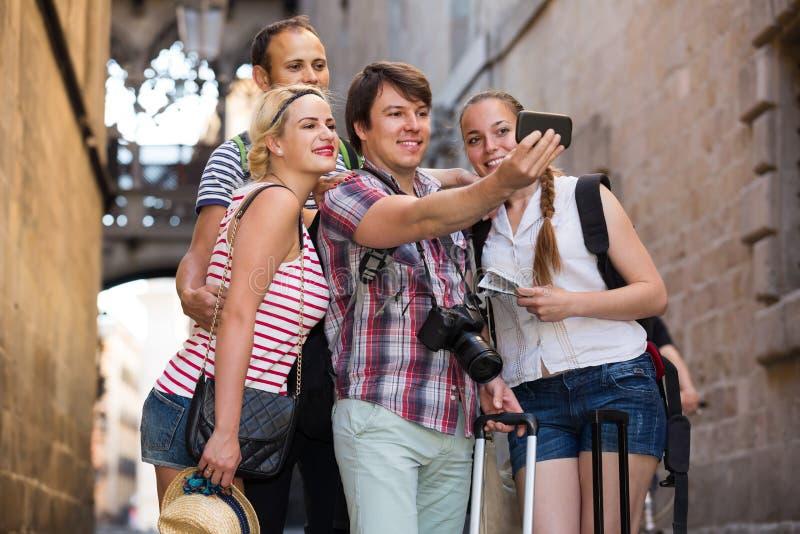 Grupo de turistas que hacen el selfie fotos de archivo