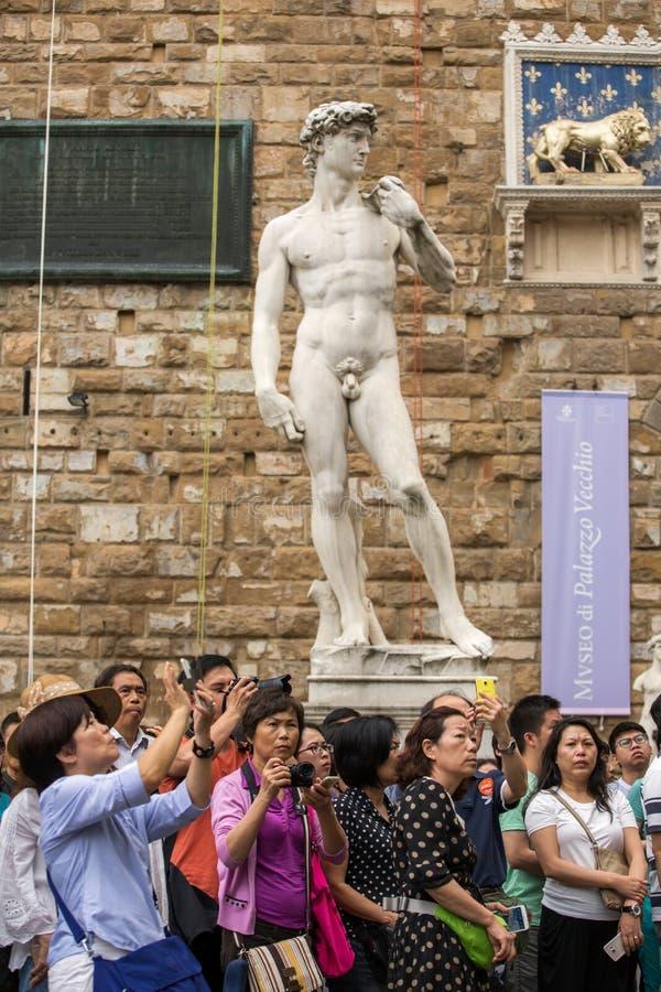 Grupo de turistas que hacen las fotos en Palazzo Vecchio, Florencia, Italia fotografía de archivo