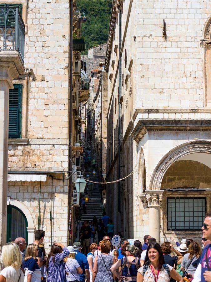 Grupo de turistas que recolhem na cidade velha de Dubrovnik imagem de stock royalty free