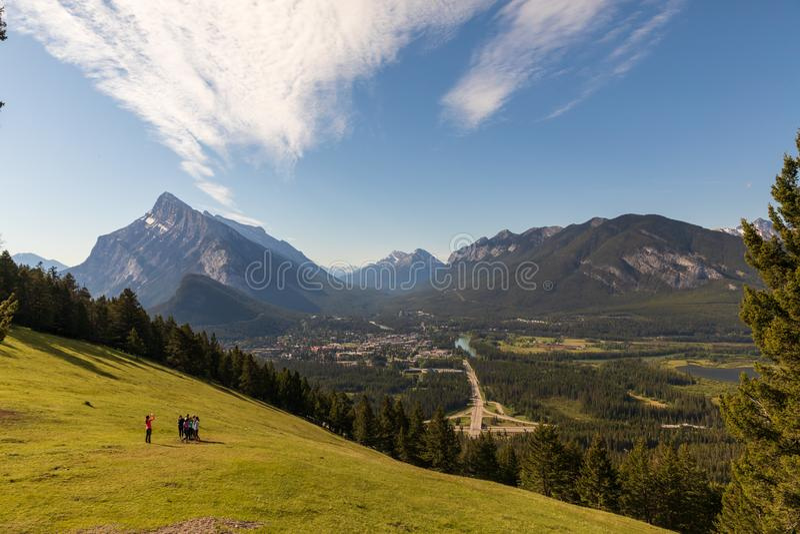 Grupo de turistas que tomam a foto acima de Banff imagem de stock royalty free