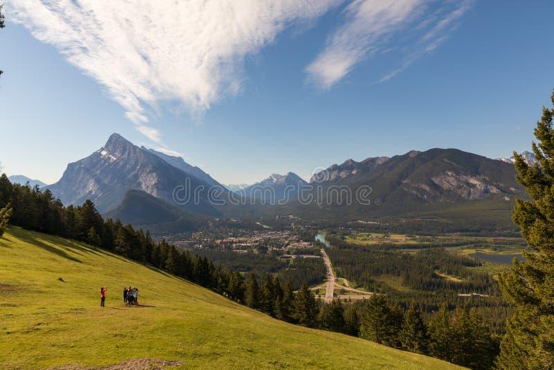 Grupo de turistas que toman la foto sobre Banff imagen de archivo libre de regalías