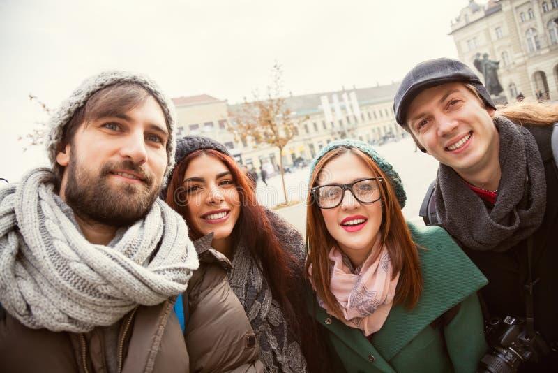 Grupo de turistas que toman Selfie imagen de archivo libre de regalías
