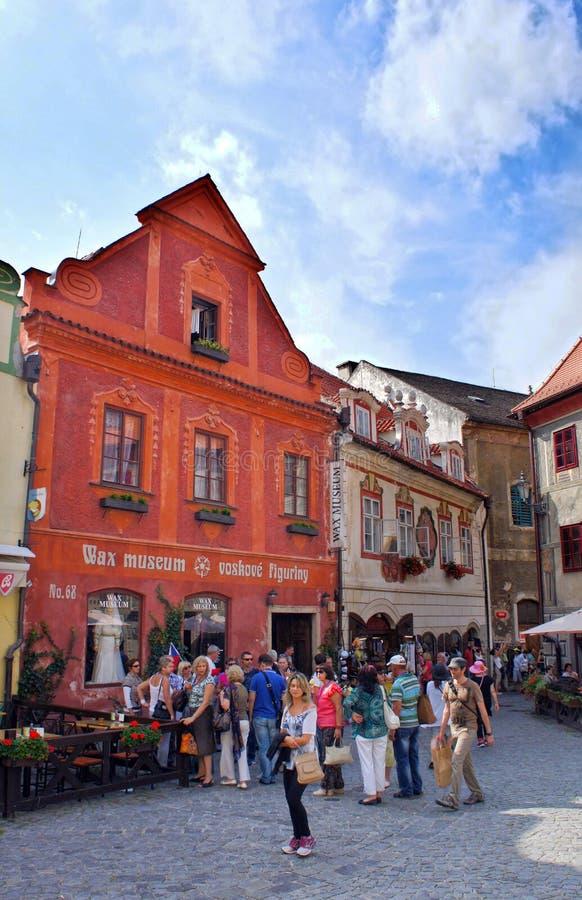 Grupo de turistas que visitan el centro histórico de Cesky Krumlov fotografía de archivo