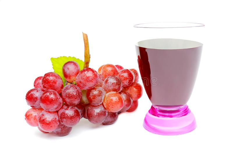 Grupo de uva vermelha e de suco de uva isolados no fundo branco foto de stock royalty free
