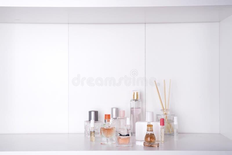 Grupo de vários perfumes da mulher foto de stock