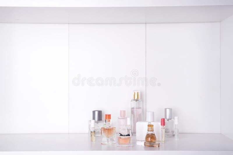 Grupo de vários perfumes da mulher fotos de stock