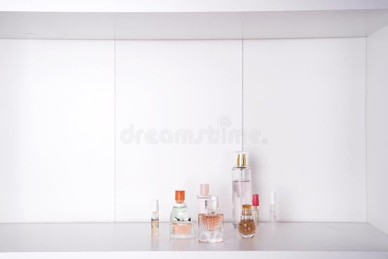 Grupo de vários perfumes da mulher imagem de stock