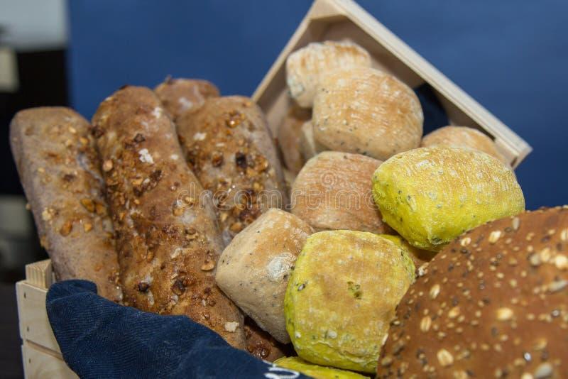 Grupo de vários tipos de pão, e de nacos dentro de uma padaria fotografia de stock