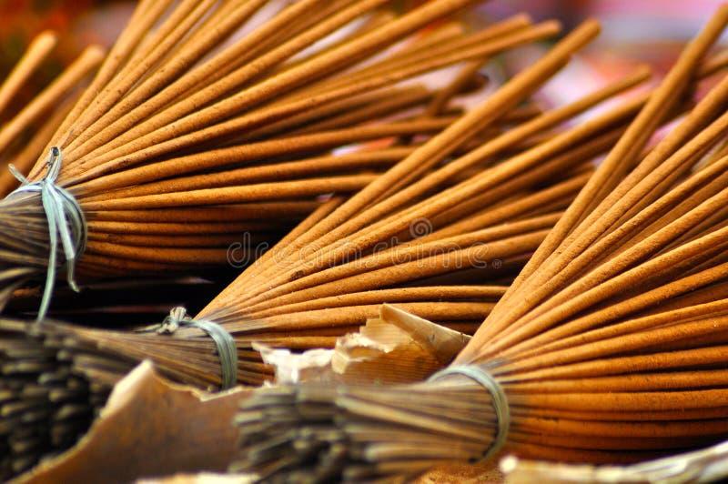 Grupo de varas do incenso no mercado imagens de stock