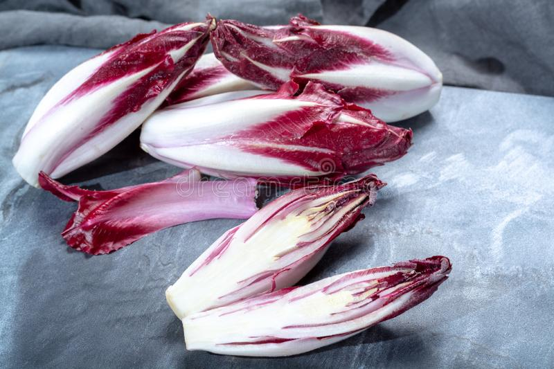 Grupo de vegetais da chicória vermelha fresca do Radicchio ou da endívia belga, igualmente conhecido como o salade do witlof fotos de stock