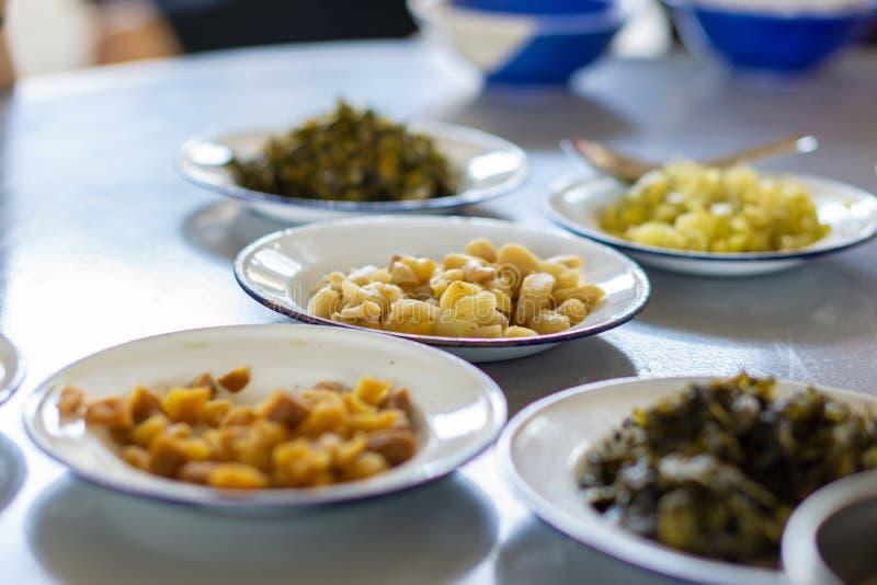 Grupo de vegetal conservado tal como o radishm, de couve e de alface no prato do zinco imagens de stock