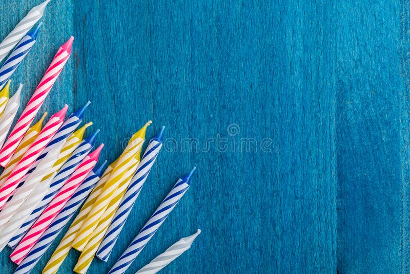 Grupo de velas del cumpleaños en fondo de madera azul Para la tarjeta de felicitación del cumpleaños Espacio para insertar el tex fotografía de archivo libre de regalías