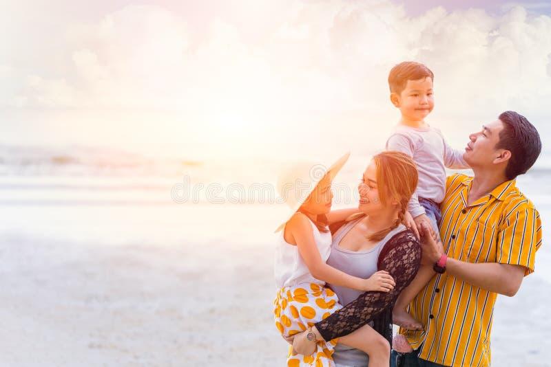 Grupo de verano asiático del día de fiesta de la felicidad de la familia junto en la playa del mar foto de archivo libre de regalías